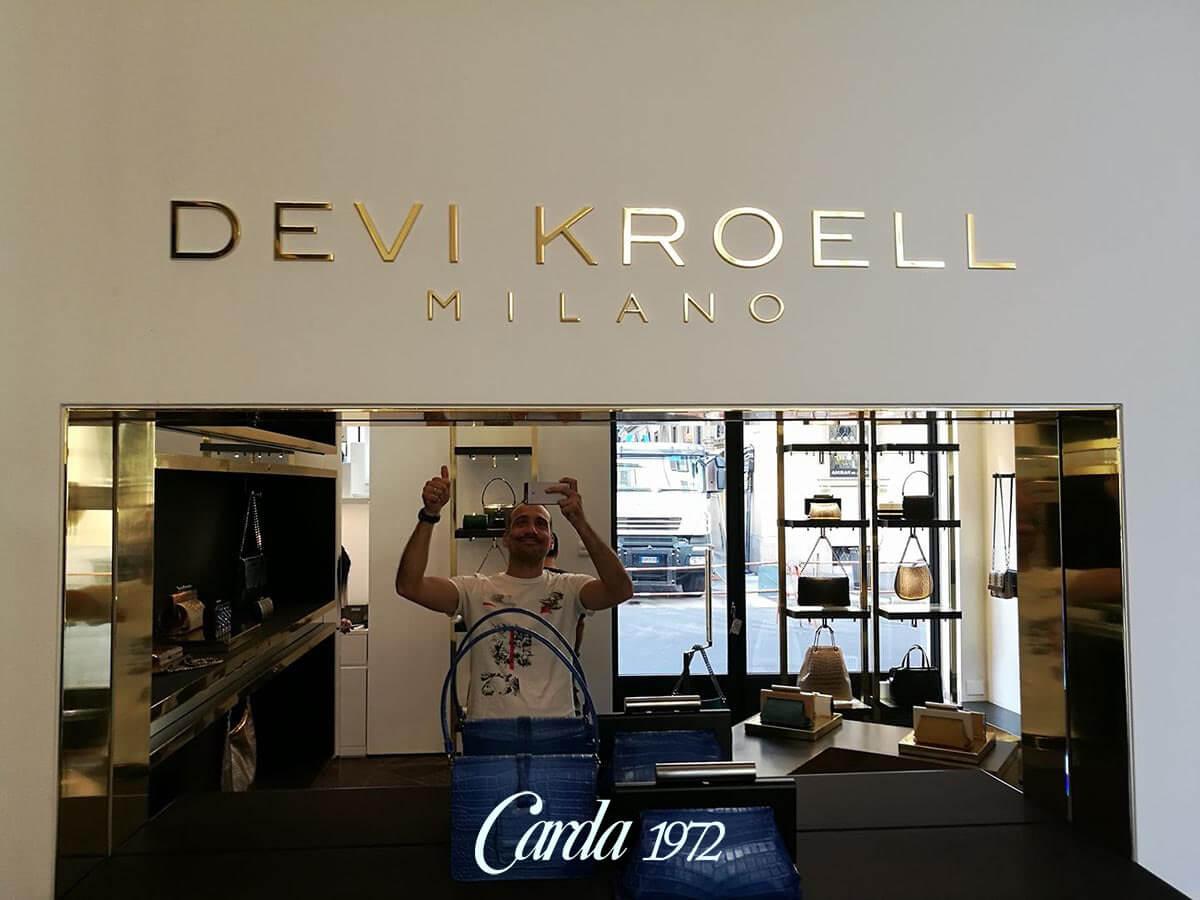 Insegne-Devi-Kroell-Milano